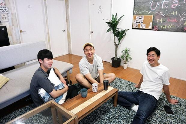 左から川上歩さん、李佳駿さん、今井洸輔さん。県外から福岡に引っ越して1カ月も経たないという3人が出会い意気投合。