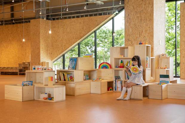 PLAY! PARK 「ライブラリー」。常時700冊の国内外の絵本が読み放題。本棚に座ったり、地面に寝転んだり、自由に楽しめます。