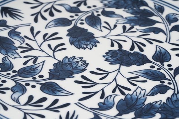 青色の濃淡で柔らかい印象に。花やリーフが華やかに描かれている。