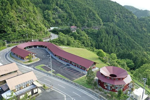 標高700m以上の美しい山々に囲まれた立地。