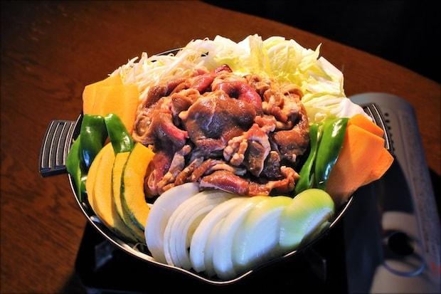 十勝・芽室町で飲食事業を営む会社〈めむろプラニング〉のジンギスカン。昔からの製法を守り、生の果実等から作る特製ダレに漬け込んだラム・ジンギスカンは今でも多くの人々に愛されています。