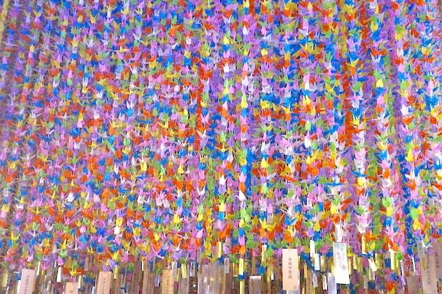 2011年の東日本大震災以来、仙台市の児童生徒約8万8千人が、復興支援への感謝や将来の夢などを祈りながら折る折り鶴を繋いだ〈鶴の吹き流し〉(写真は2019年)。