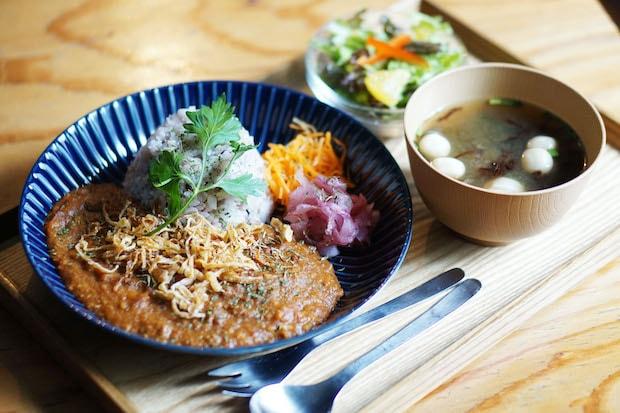 ランチでは、自家製の無水カレーライスや季節の定食が人気で、すべての食事に宮城県美里町の老舗〈鎌田醤油〉の味噌を使ったお味噌汁が付きます。現在はお弁当のテイクアウトも実施中。