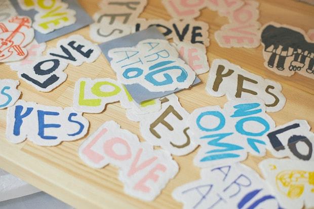 〈NOZOMI PAPER®〉の人気商品。文字を描いたのも、のぞみ福祉作業所の障害のあるアーティストたちです。(撮影:張田亜美)