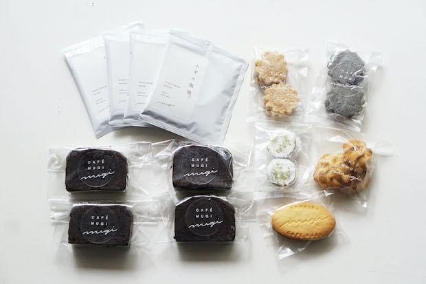 〈CAFE MUGI〉人気の焼き菓子の詰め合わせもお取り寄せできます。マフィンやケーキ、クッキーやコーヒーなど、もらってうれしい!が詰まっています。