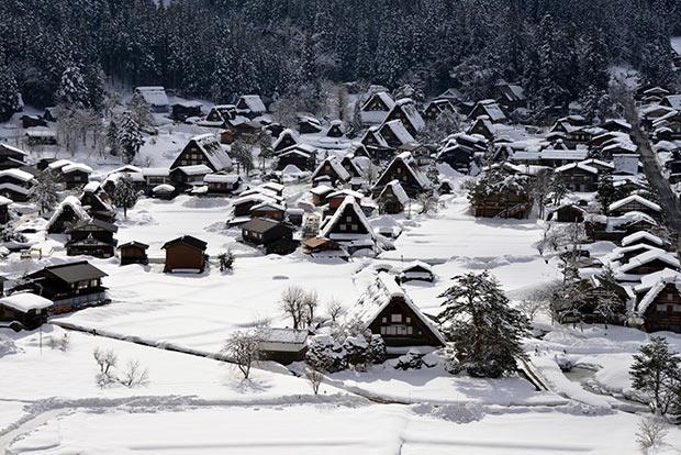 雪化粧の白川村の風景。