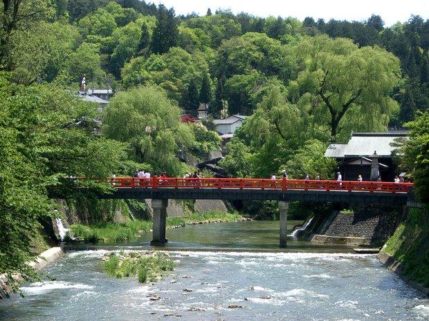 高山の美しい中橋の風景。
