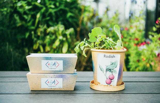 コールドプレスジュース〈サンシャインジュース〉の果皮や搾りかすでつくったたい肥や土をブレンドしたコンポスト。そのままプランターに。(S300円、L600円、共に税別)