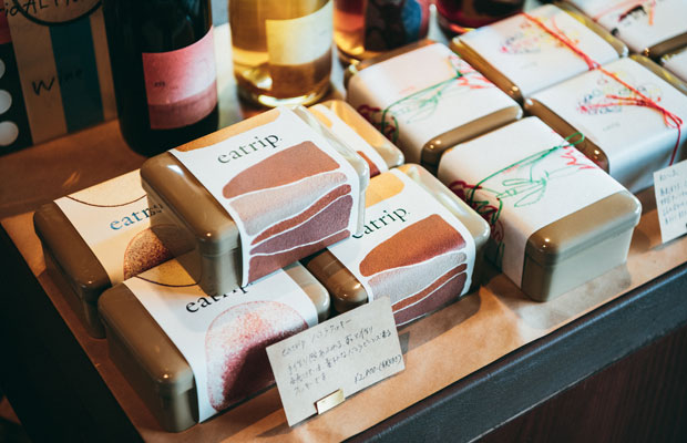 シンプルなバニラクッキーや和魂洋才の焼き菓子〈和心缶〉は、店頭に並ぶや売り切れてしまう大人気商品。