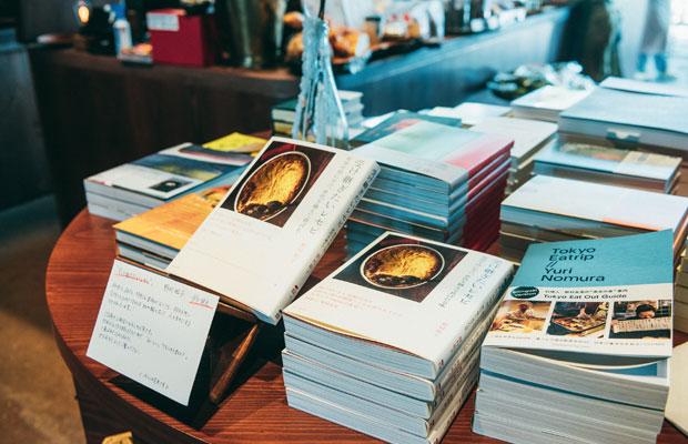 野村さんの味の原点ともいえる母・野村紘子さんのレシピ本や自身の著作に加え、食、農、環境などさまざまなジャンルの書籍も紹介。