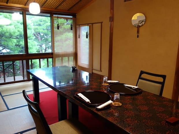 個室からも季節の風景を眺めながらお食事を堪能できます。
