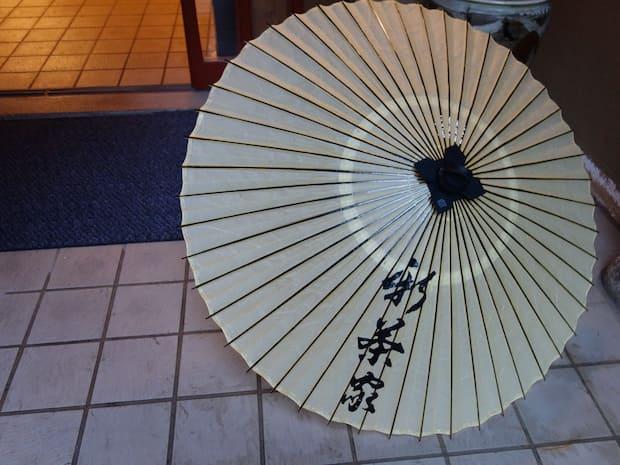 京都の老舗和傘専門の職人にオーダーした名入りの竹と和紙でできた和傘。