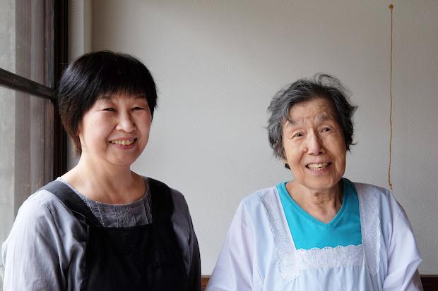 84歳で現役社長の中澤キヌ子さんと、仕込みを担っている中澤悦子さんの笑顔に、ほっと心が和みます。