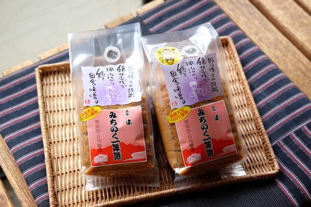 左から〈こうじ味噌〉800円(税込) 、〈すり味噌〉960円(税込)。やさしい旨みがぎゅっと詰まっている、おいしい味噌です。
