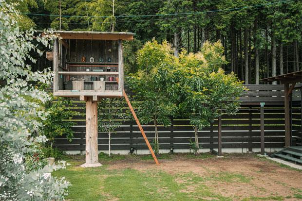ツリーハウスは庭で存在感を発揮する。