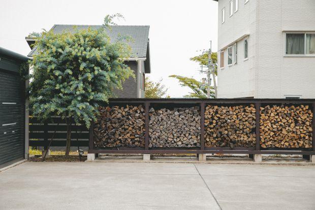 薪の種類ごとに整理された美しい淡田家の薪棚。