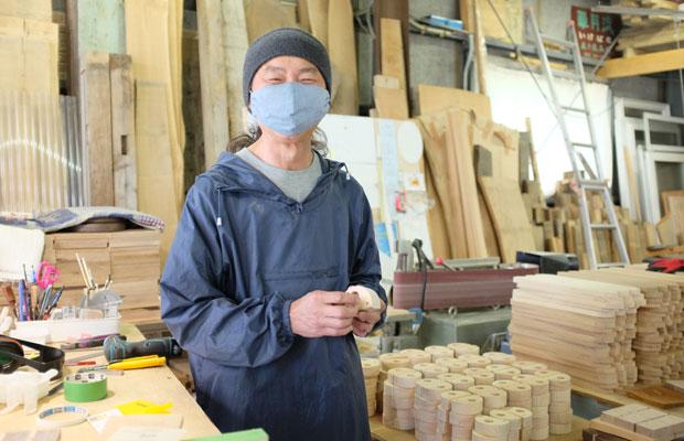 工房での五十嵐茂さん。木のパーツをたくさん制作中。