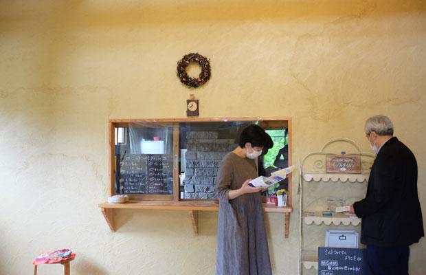 店内は温かな雰囲気。窓の奥には手製のパン焼き窯が見える。