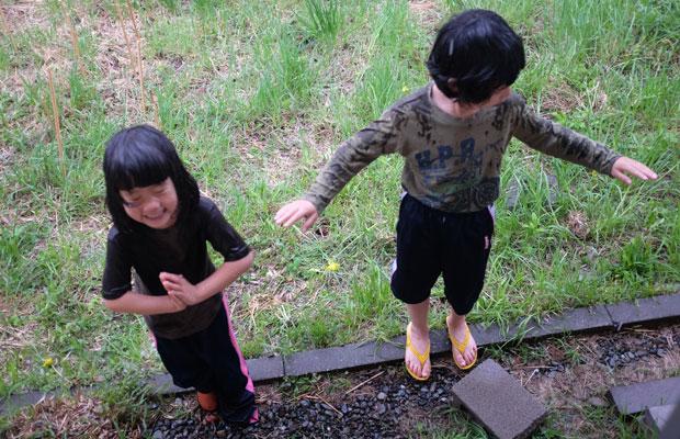 大雨のなか、外に飛び出し、雨(滝のつもり)に打たれて、謎の修業をする子どもたち。