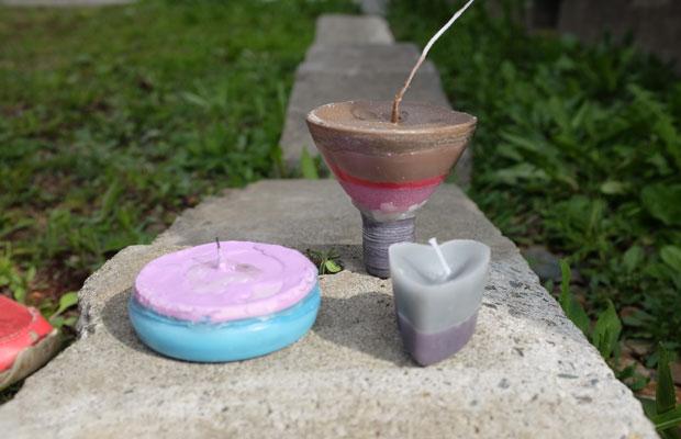 わたしが子どもの頃、ロウを溶かしてキャンドルづくりに熱中したことがある。それを子どもたちに教えたら、楽しそうにつくっていた。