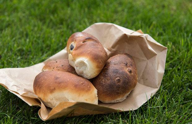 天然酵母を使い、薪窯で焼き上げた〈ミルトコッペ〉のパンは人気で、昼前に売り切れてしまうことも。(撮影:津留崎徹花)