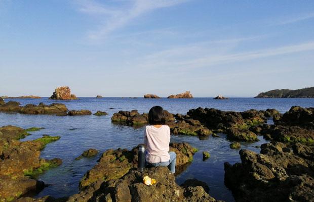 自宅のすぐ近くには海が。人もいなくて遊ぶこともできる。(撮影:津留崎鎮生)
