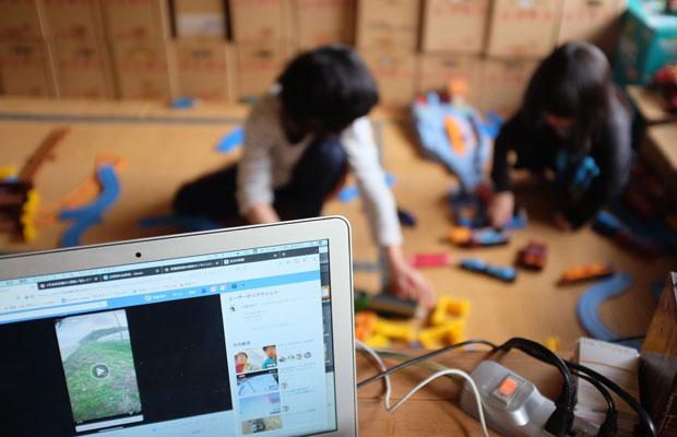 子どもをみながら仕事。休校中は大変だったと來嶋さん。(撮影:來嶋路子)