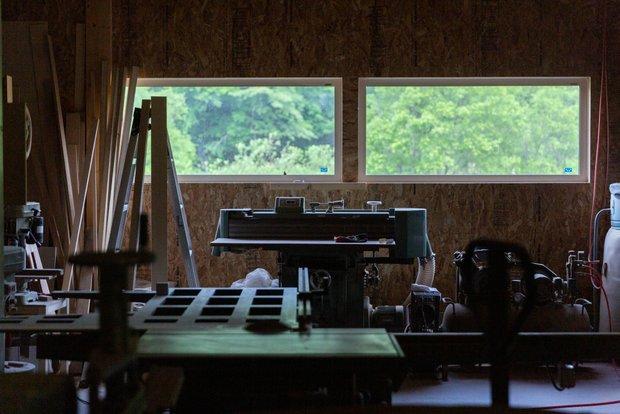 工房の窓から見える緑は、どことなく幻想的だ。