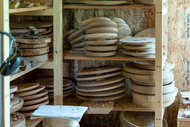 工房の棚にはいつも、製作中のうつわや家具がぎっしりと並んでいる。