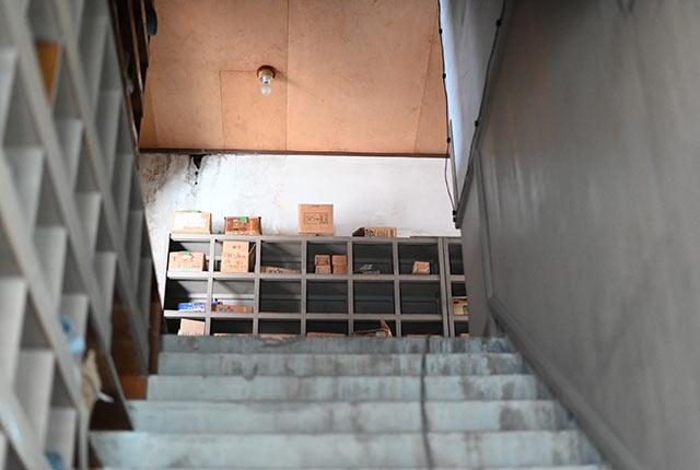 倉庫内の階段と棚
