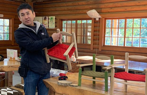 里山の保全・活用をリンクさせるため、近くの山から木を採り、生木を加工して道具をつくるグリーンウッドワークを実践。森林アカデミーと一緒に施設の子どもの家具をワークショップでつくった。