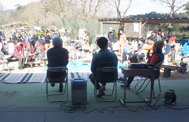 地元出身の木工家・川合優氏と前市長の藤井浩人氏をゲストに、美濃加茂+里山+これからの暮らしについてトーク。子育て世代を中心に、多くの来場者が耳を傾けた。楽しいことと真面目な話が混ざり合っていた。