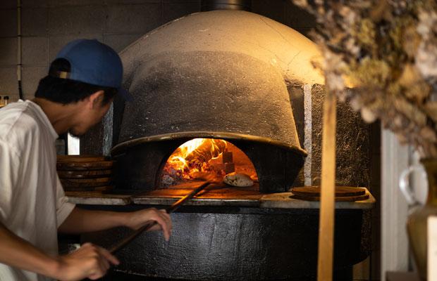 店の真ん中にある石窯。山本さんがピザを焼いている様子が客席からもよく見えます。