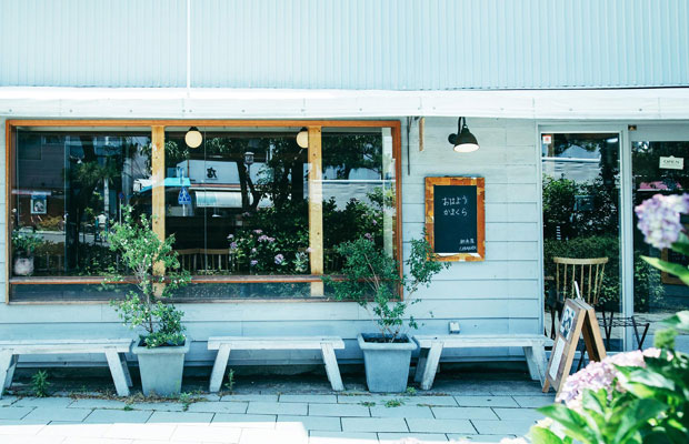 鎌倉の人気食堂〈朝食屋コバカバ〉は、鎌倉駅東口を降りて歩くこと数分、鎌倉市農協連即売所、通称「レンバイ」のすぐそばにある。
