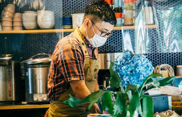 新型コロナウイルスの感染拡大防止のため、約1か月の営業自粛、短縮営業を経て、この7月からは通常の営業時間に近いかたちでお店を回し始めているコバカバの店主・内堀敬介さん。
