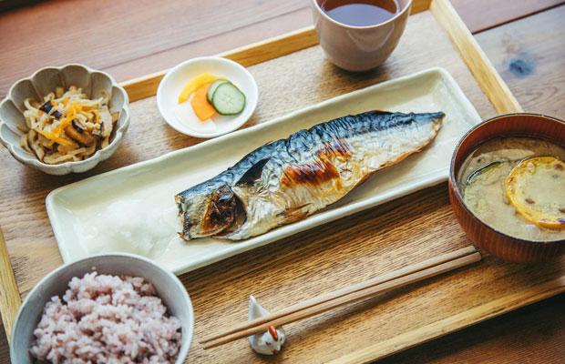 コバカバの人気メニュー「越田商店のサバ定食」。この日のお味噌汁の主役は、すぐそばの「レンバイ」で仕入れた夏野菜の定番、ズッキーニ。