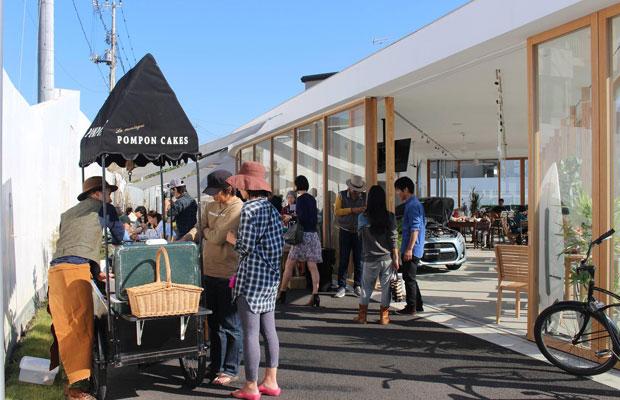 「誰もが表現者になれるまちでありたい」という思いから始めた「グリーンモーニング鎌倉」。コバカバと〈Cafe Goatee〉の2会場で行われるライブ「グリーンモーニングミュージック」、〈Copen Local Base Kamakura〉で開かれるマルシェ「グリーンモーニングマーケット」がそれぞれ月1回ずつ行われていたが、現在マーケットのほうは定期開催を休止中。(撮影:大社優子)