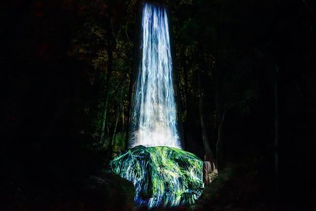 「かみさまの御前なる岩に憑依する滝」