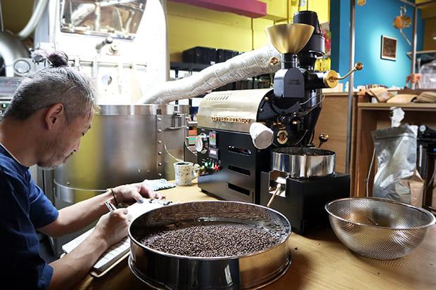 麦はコーヒー同様、温度データを取りながら少量ずつ丁寧に焙煎されている。