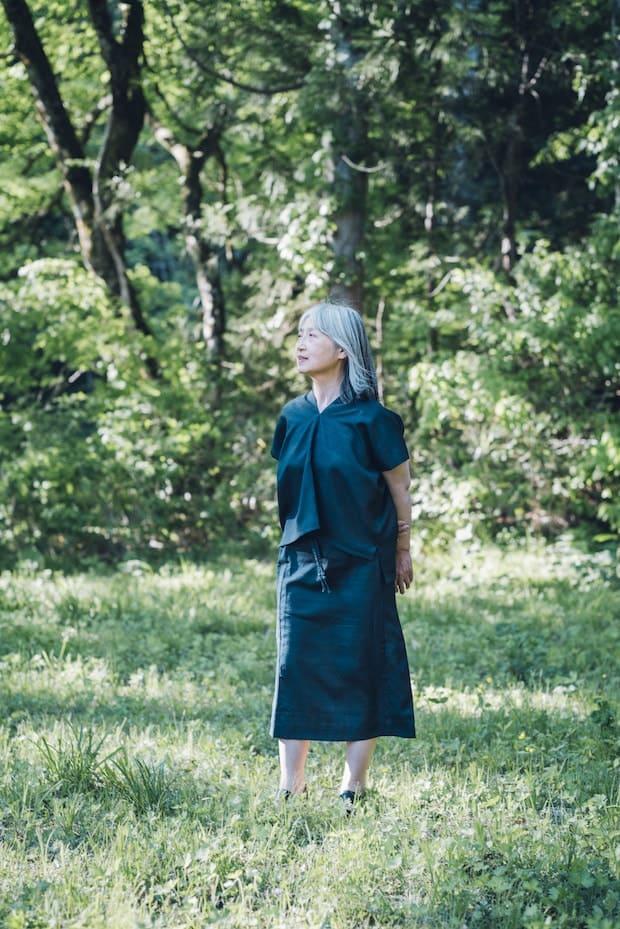 草木染めの服を着た女性