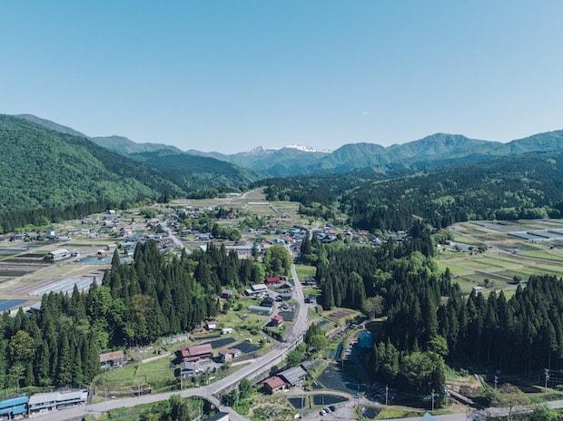 """岐阜県と福井県との県境に位置する石徹白。昭和30年頃までは、険しい峠道を歩いて越え、ようやくたどり着ける""""秘境""""のような場所だったのだそう。"""