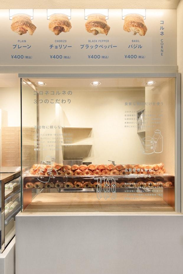 つくっている様子が見えるガラス張りの作業スペース。注文を受けてから調理し、できたていが食べられるというのもうれしい。撮影:山田圭司郎