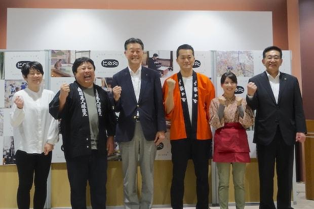7月に開催されたウェブサイトのお披露目会では、二戸のテロワールを育むつくり手が登壇し、これからの観光産業の展開を考える意見交換会が開催されました(左から浄法寺うるしび合同会社代表社員三角裕美さん、株式会社南部美人代表取締役社長久慈浩介さん、二戸市観光協会会長中田勇司さん、株式会社小松製菓執行役員青谷耕成さん、おぼない旅館若女将大建ももこさん、藤原淳二戸市長)。