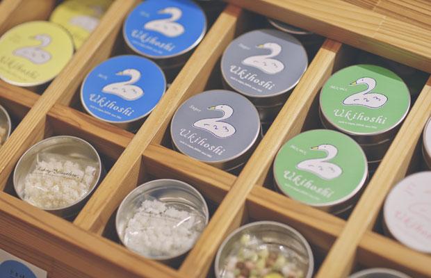 現在はいちご、コーヒー、抹茶、ジンジャー、ミントなどフレーバーも多数。缶入りはお土産に人気。