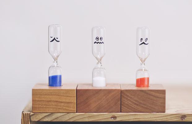 新潟市の工場で50年以上前からつくられている砂時計。写真は3分計。赤、白、青、抹茶の全4色。驚いた顔や眠そうな顔など表情豊か。