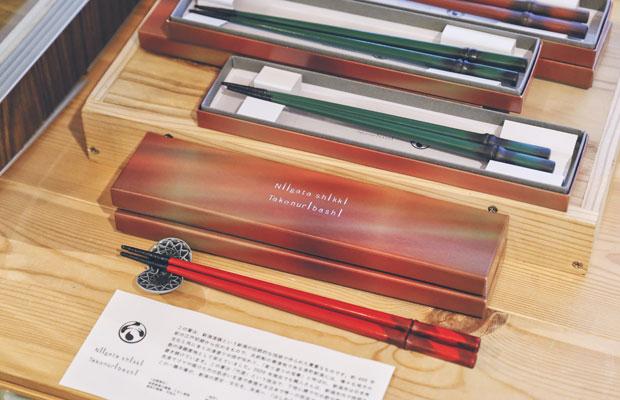 約400年前から受け継がれる新潟漆器。この箸は下地に錆で竹の節や筋をつくり、漆で竹の質感を表現する日本で唯一の技法だそう。