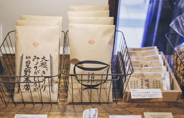 江戸時代から続く老舗味噌屋〈越後長岡星野本店〉のフリーズドライ味噌汁。手書きのパッケージが印象的。
