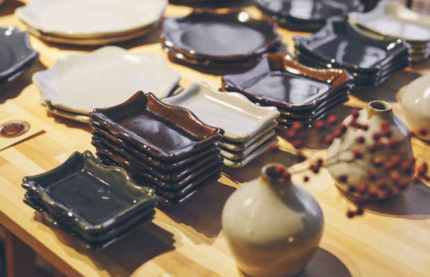 益子焼の陶芸作家、大塚菜緒子さんの器。シンプルだけどデザイン性の高い器は普段使いにぴったり。白、茶、青の釉薬が美しい。