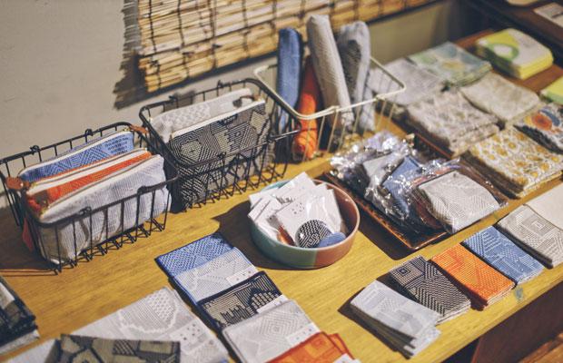 企画展も定期的に開催。この日はテキスタイルブランド〈十布/TENP〉のフェア。イラストレーター福田利之さんがデザインする美しいスカーフや刺子織のハンカチが並びます。