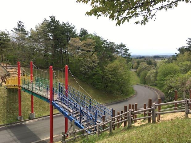 公道を挟んで移動できる橋は遊び心満点。